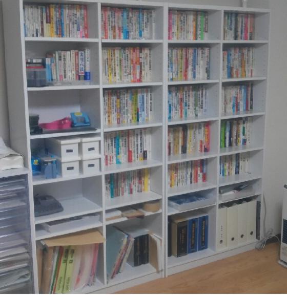 事務所の本棚